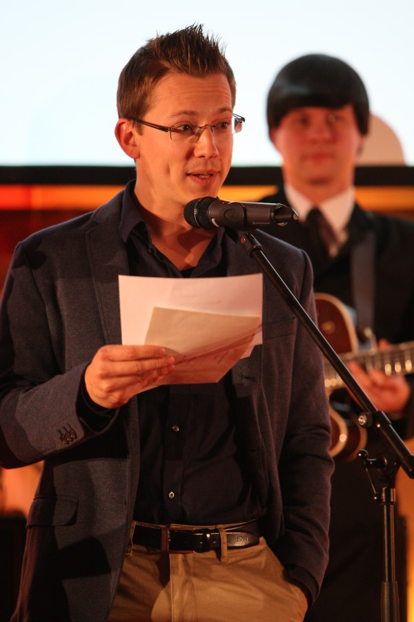 Jednu z trofejí předával Jan Řežáb ze Socialbakers. Foto: Martin Borovička