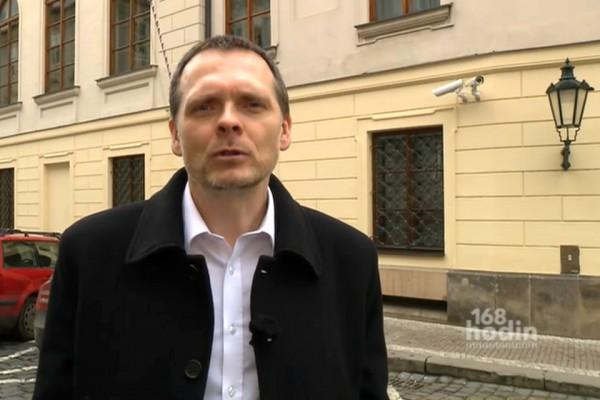 Miroslav Korecký připravuje pravidelné Malostranské korekce ve 168 hodin. Repro: ČT