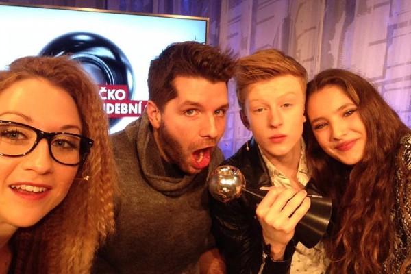 Adam Mišík (druhý zprava) na selfie z letošních cen Óčka
