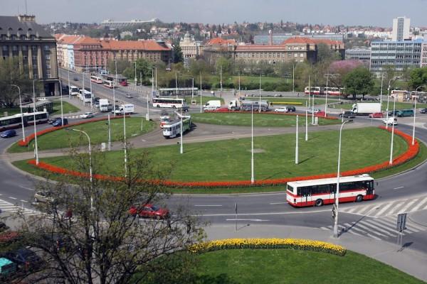 Jeden z největších kruhových objezdů v Praze, dejvické Vítězné náměstí. Foto: Jiří Koťátko / Mafra / Profimedia.cz
