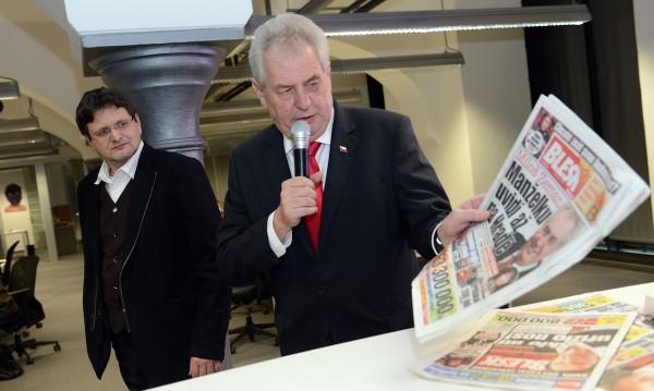 Pavel Šafr jako šéfredaktor Blesku, při návštěvě Miloše Zemana v redakci. Foto: Profimedia.cz