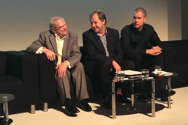 Divadelník Jiří Suchý, šéf ČT Petr Dvořák a rapper Vladimir 518 na dnešní tiskové konferenci