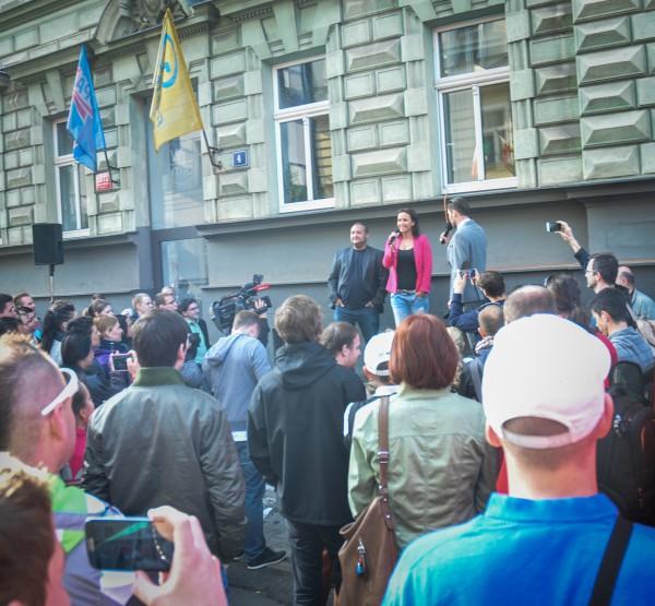 Akce proběhla vedle vchodu do budovy, kde sídlí rádia včetně Evropy 2