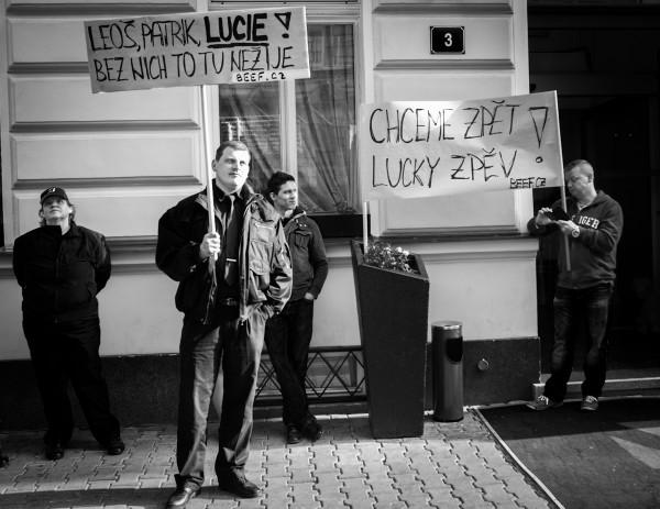 Demonstraci dělají transparenty