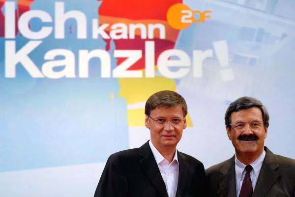 Bývalý šéfredaktor ZDF Nikolaus Brender (vpravo) v červnu 2009 před studiem v Berlíně, při natáčení politické talentové show Ich kann Kanzler. Vlevo jeden z členů poroty Günther Jauch. Foto: Profimedia.cz