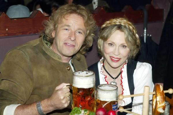 Jednu ze sázek prohrála herečka Faye Dunaway, musela pak točit pivo na Oktoberfestu. Vlevo moderátor Thomas Gottshalk. Foto: Profimedia.cz