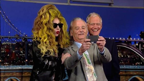 David Letterman (vpravo), Lady Gaga a herec Bill Murray si dělají selfie. Foto: Profimedia.cz