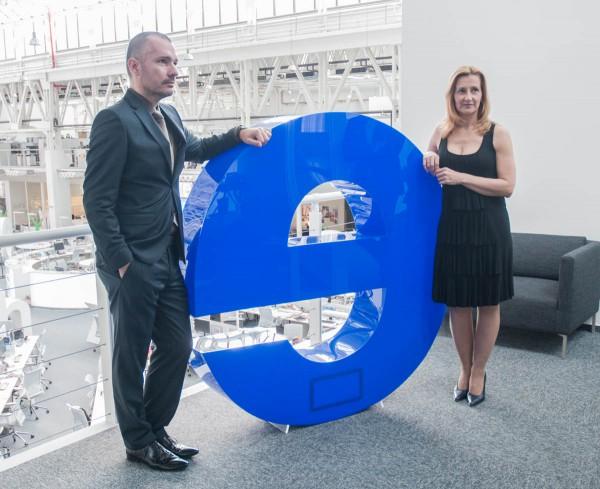 Martin Veselovský a Daniela Drtinová s logem Economie. Foto: Martina Votrubová