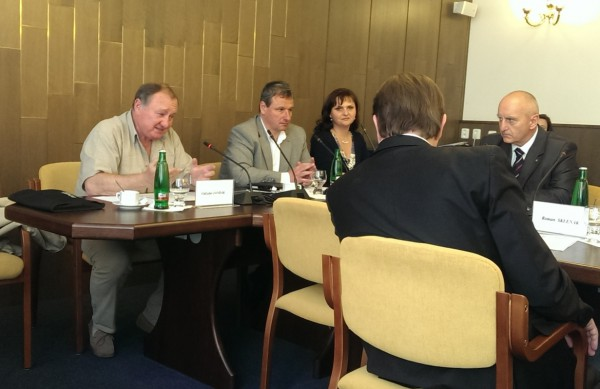 Poslanci Vítězslav Jandák a Martin Komárek při dnešním jednání volebního výboru