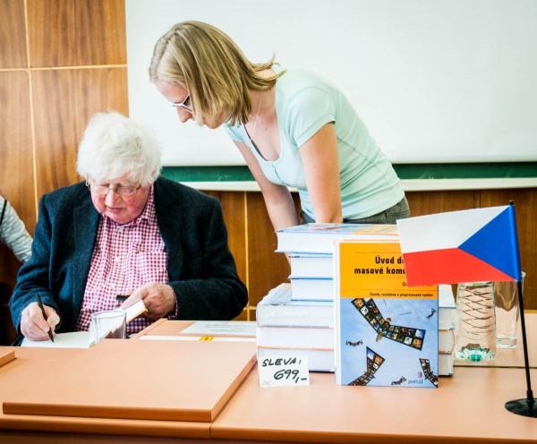Po přednášce došlo na podepisování nejznámější autorovy knihy. Foto: Martina Votrubová