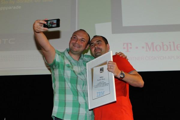 Nejlepší aplikací včerejška podle IBM bylo Modré Brno. Petr Biskup z IBM pořizuje selfie s vývojářem aplikace Zbyňkem Vičarem z X Production. Foto: Tomáš Pánek