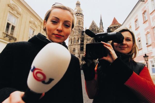 Reportérky televize Joj natáčejí anketu v Košicích. Foto: Jan Schejbal / MF Dnes / Profimedia.cz
