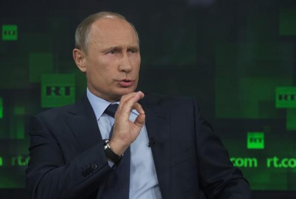 Vladimir Putin loni na návštěvě v televizi Russia Today financované vládou. Foto: Profimedia.cz