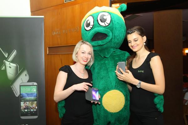 ... i hostestky u stánku s telefony HTC. Foto: Tomáš Pánek