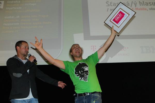 Tablet Prestigio od T-Mobilu vyhrál Vojta Roček, pan Odvárka AppParade. Foto: Tomáš Pánek