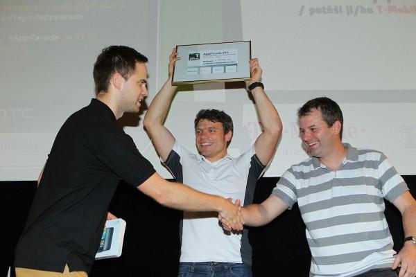 Doktor Tomáš Šebek (uprostřed) odprezentoval lékařskou poradnu prvotřídně. Cenu předává Jakub z HTC. Foto: Tomáš Pánek