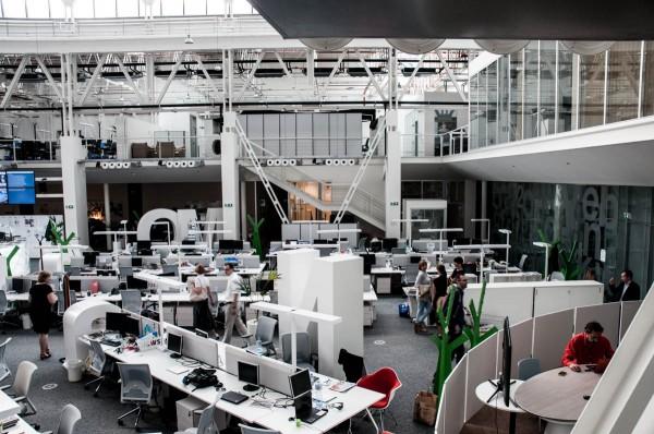 Místo pro rozhovory DV TV je v rohu (vpravo dole) karlínského newsroomu z Economie. Foto: Martina Votrubová