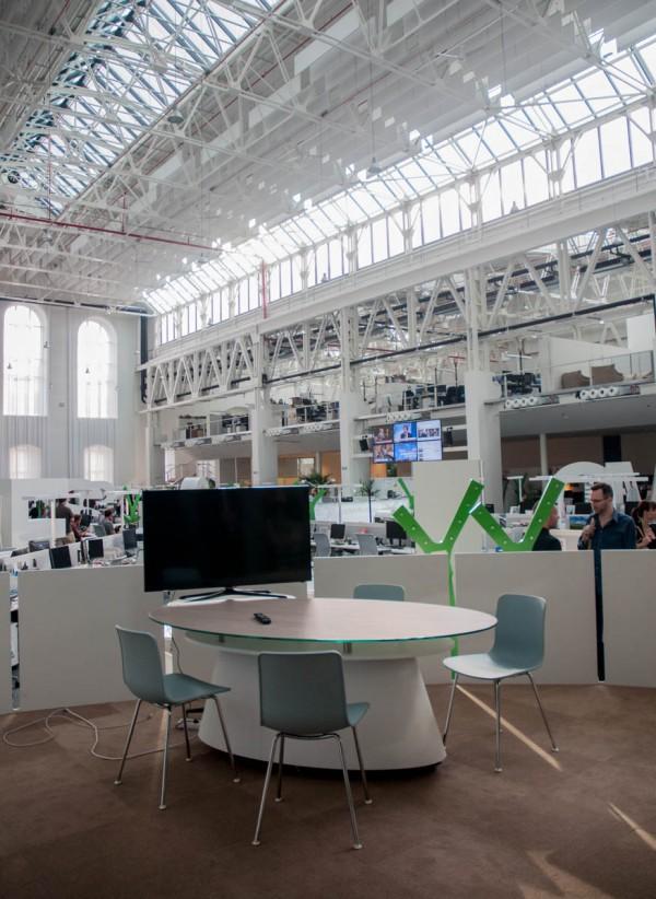 Místo pro rozhovory DV TV je v rohu karlínského newsroomu z Economie. Foto: Martina Votrubová