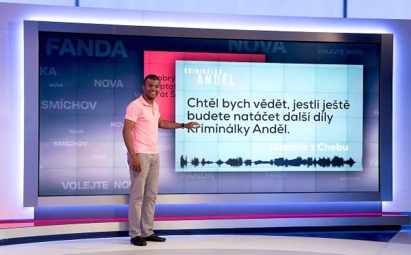 Moderátor Reynolds Koranteng ve Volejte Novu. Pořad využívá nového studia. Foto: TV Nova