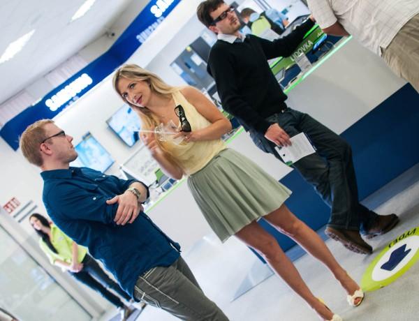 Majitel Alzy Aleš Zavoral (vzadu v brýlích) při letošním otevření Apple Shopu. Foto: Martina Votrubová