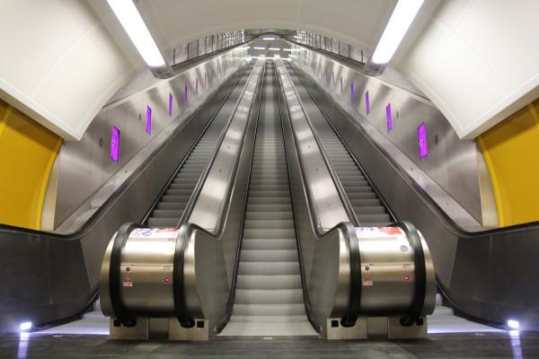 Digitální panely u eskalátorů v rekonstruované stanici metra Národní