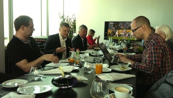 S novináři dnes v restauraci Aureole na pražské Pankráci posnídali Marcel Procházka z Českých Radiokomunikací (druhý zleva) a ředitel techniky ČT Ivo Ferkl (vpravo od Procházky)