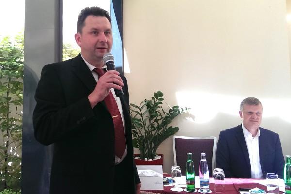 Zástupce šéfa televize Noe Petr Kudela a ředitel Radiokomunikací pro regulace a strategii Marcel Procházka