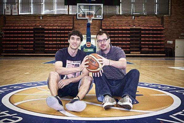 Vydavatel a šéfredaktor Martin Záruba (vpravo) s košíkářem Jiřím Welschem