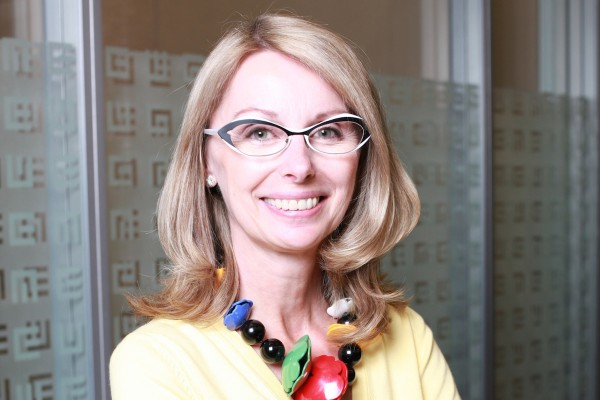 Zuzana Řezníčková vystudovala Univerzitu Pardubice, v uplynulých dvaceti letech působila na různých manažerských pozicích ve společnostech Eurotel, ČSA, Mediatel a Telefónica O2 Slovakia. V letech 2008 až 2013 byla exekutivní ředitelkou pro retail a malé a střední podniky v ČEZ Prodej, se zodpovědností za obchodní a marketingovou strategii