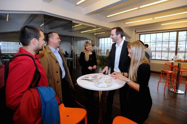 Zprava Tereza Drtinová a Ondřej Aust z pořádajícího týmu, pak Patrícia Neupauerová z Googlu a Georg Hodek z Isify. Foto: Martin Kabát