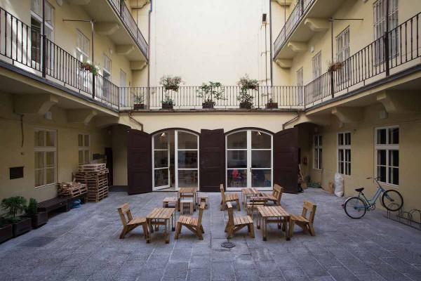 Vnitroblok Hollaru, budovy Fakulty sociálních věd Univerzity Karlovy na pražském Smetanově nábřeží, se dvouletou péčí iniciativy Oživme Hollar rozrostl o prostor s kavárnou, původně šlo o nepoužívané garáže