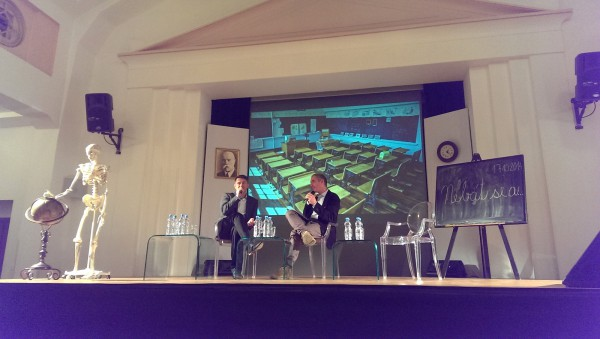 Marek Singer a Daniel Köppl na pódiu auly Masarykovy koleje v pražských Dejvicích