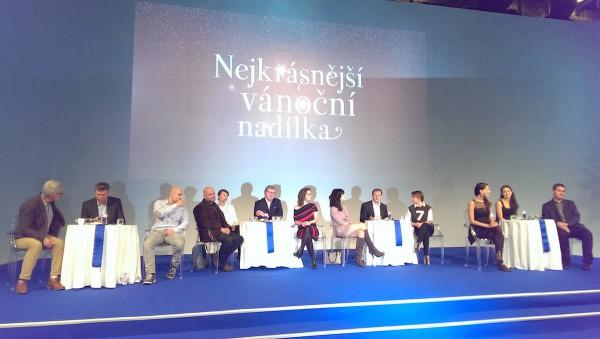 Provizorní betlém manažerů České televize a protagonistů svátečních programů