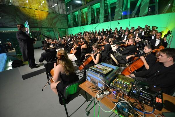 Hudební doprovod akce zajistil Pražský filmový orchestr v čele s dirigentem Jiřím Koryntou