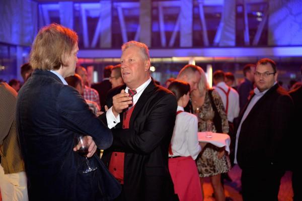 Bývalý ministr kultury Jiří Besser (uprostřed) je strategickým poradcem obou rádií, zde v hovoru s Danielem Kaiserem (zády) z Echa