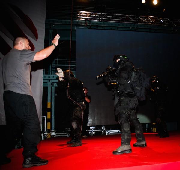 Tiskovou konferenci uzavřela scénka jako z kriminálního seriálu. Foto: Martina Votrubová