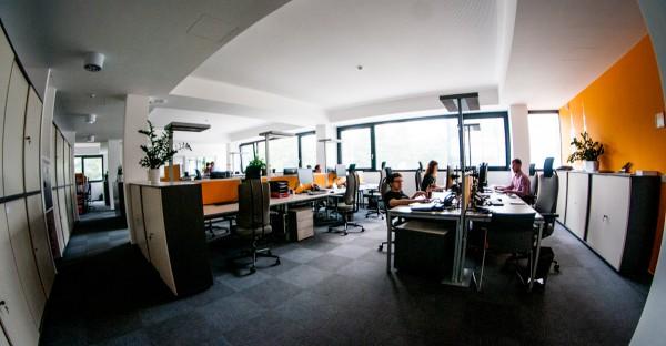 Přátelský openspace v přestavěném strahovském sídle Radiokomunikací. Foto: Martina Votrubová