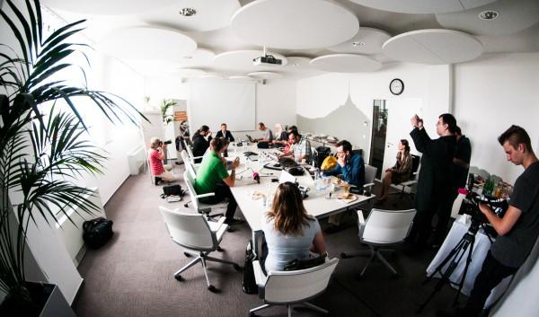 Setkání s novináři v zasedací místnosti s koly pod stropem. Foto: Martina Votrubová