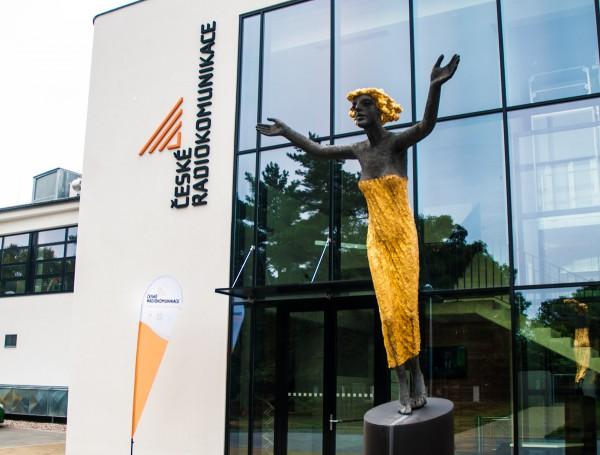 Před novou recepcí je umístěna socha od Olbrama Zoubka. Foto: Martina Votrubová