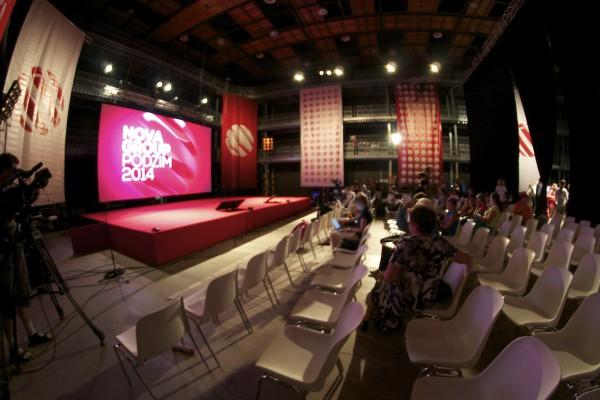 Tisková konference probíhá v jednom z barrandovských filmových ateliérů. Foto: Martina Votrubová