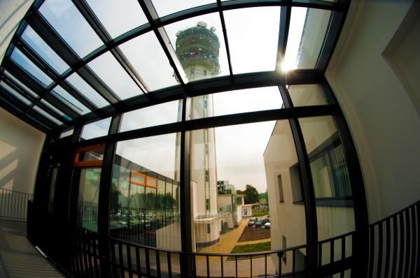 Televizní věž na Strahově průhledem z propojovací chodby. Foto: Martina Votrubová