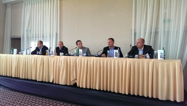 V panelu s Janem Vlčkem z Novy (zcela vpravo) zasedli (zleva) Jan Ksandr z KKCG, Miroslav Machek ze Starcomu, Petr Jelínek z Primy a Media Clubu a Petr Majerik z Atmedia