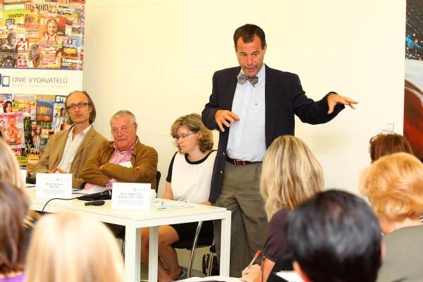 Neurochirurg Martin Jan Stránský (stojící) na dnešní tiskové konferenci v Era světě