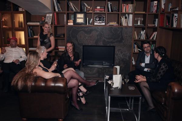 Vpravo v dámské společnosti Tomáš Jindříšek z agentury Dark Side, vlevo konverzace dam okolo organizátorky Kateřiny Borovanské, zcela vlevo David Shorf z McShakespeare vstřebává aktuální světové dění ze svého mobilního telefonu