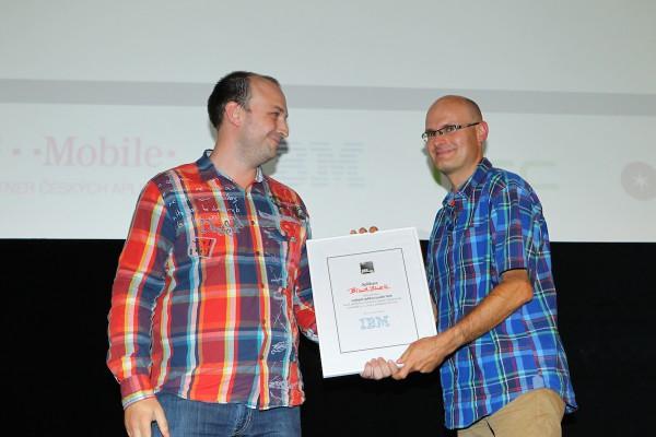 Petr Biskup z IBM (vlevo) ocenil jako nejlepší aplikaci večera BlindShell, kterou prezentoval Daniel Novák (vpravo). Foto: Tomáš Pánek