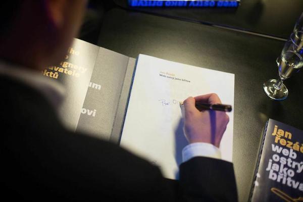 První podepsaná kniha byla pro šéfredaktora Médiáře