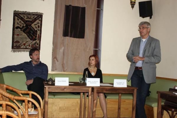 Dan Přibáň a další diskutující