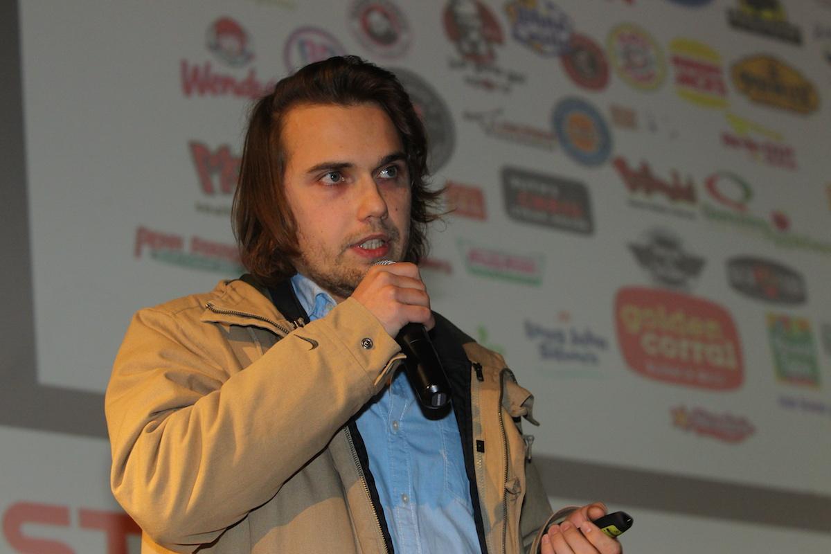 Yan Renelt prezentoval rovnou v kabátu. Foto: Tomáš Pánek