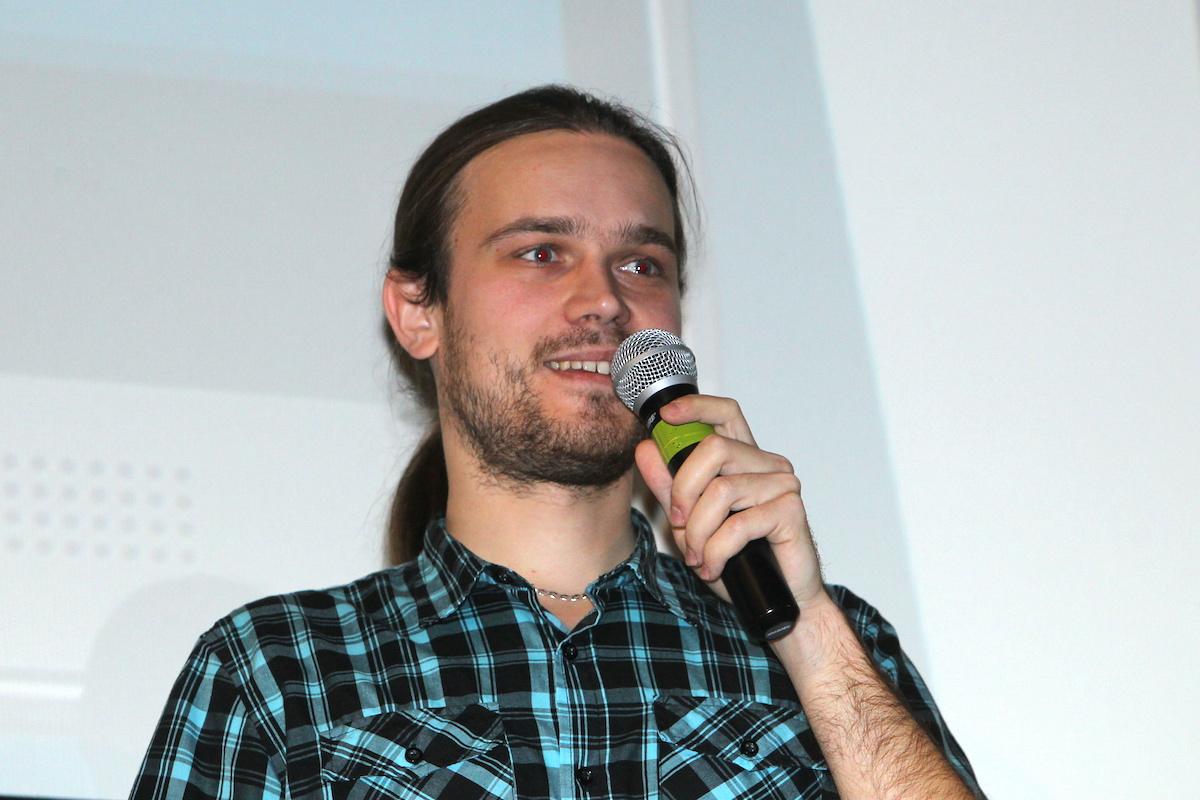 Vladislav Skoumal piel s mobilnm pravtkem Pixel Ruler Foto Tom Pnek