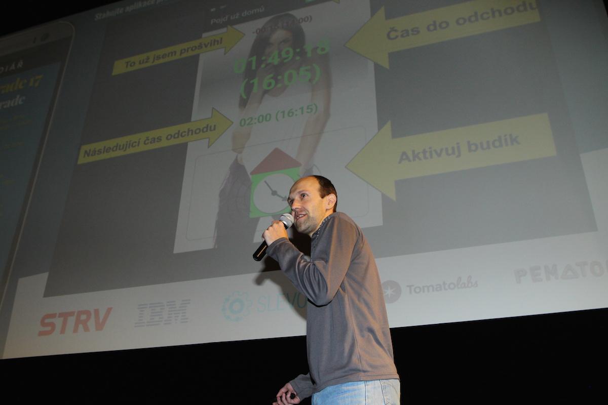 Showman Jan Škach nechyběl ani tentokrát - ukázal aplikaci Pojď už domů. Foto: Tomáš Pánek